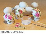 Купить «Украшение яиц к светлому празднику Пасхе», фото № 7240832, снято 10 апреля 2015 г. (c) Виктория Катьянова / Фотобанк Лори