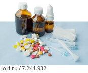 Различные лекарственные средства на синем фоне. Стоковое фото, фотограф Анастасия Ульянова / Фотобанк Лори