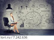 Концепция мозгового штурма, девушка и бизнес-скетчи на стене. Стоковое фото, фотограф Кирилл Черезов / Фотобанк Лори