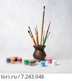 Яркие краски и кисточки в керамической вазе. Стоковое фото, фотограф Полина Соколова / Фотобанк Лори