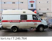 Купить «Машина скорой помощи стоит во дворе жилого квартала», фото № 7246764, снято 8 апреля 2015 г. (c) Марина Орлова / Фотобанк Лори