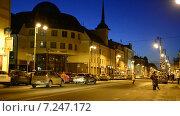 Купить «Вечер. Пешеходы нарушают правила дорожного движения», видеоролик № 7247172, снято 11 апреля 2015 г. (c) Павел Столяренко / Фотобанк Лори