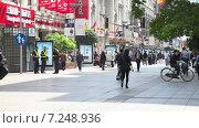 Купить «Улица Наньнин солнечным днём. Шанхай. Китай», видеоролик № 7248936, снято 6 мая 2014 г. (c) Кирилл Трифонов / Фотобанк Лори