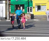 Купить «Люди переходят дорогу по пешеходному переходу, 9-ая Парковая улица, Москва», эксклюзивное фото № 7250484, снято 31 мая 2014 г. (c) lana1501 / Фотобанк Лори