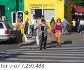 Купить «Люди переходят дорогу по пешеходному переходу, 9-ая Парковая улица, Москва», эксклюзивное фото № 7250488, снято 31 мая 2014 г. (c) lana1501 / Фотобанк Лори