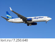 Boeing 737 (бортовой VQ-BOY) авиакомпании «Якутия» на посадке во Внукове (2015 год). Редакционное фото, фотограф Alexei Tavix / Фотобанк Лори