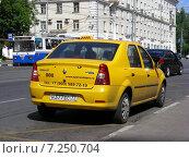 """Купить «Желтый автомобиль """"Такси"""" припаркован на проезжей части дороге, на выделенной автобусной полосе. Первомайская улица. Москва», эксклюзивное фото № 7250704, снято 26 мая 2014 г. (c) lana1501 / Фотобанк Лори"""