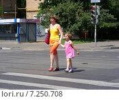 Люди переходят дорогу по пешеходному переходу на зеленый сигнал светофора, Первомайская улица, Москва (2014 год). Редакционное фото, фотограф lana1501 / Фотобанк Лори