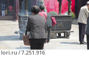 Купить «Женщины с курящимися палочками благовоний в Саду Юйюань в Шанхае», видеоролик № 7251916, снято 8 мая 2014 г. (c) Кирилл Трифонов / Фотобанк Лори
