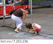 Купить «Ребенок с мамой рисуют мелками на асфальте на ВВЦ (ВДНХ) в Москве», эксклюзивное фото № 7253236, снято 27 июня 2009 г. (c) lana1501 / Фотобанк Лори