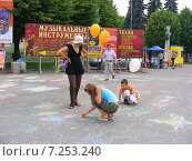 Купить «Люди рисуют мелками на асфальте на ВВЦ (ВДНХ) в Москве», эксклюзивное фото № 7253240, снято 27 июня 2009 г. (c) lana1501 / Фотобанк Лори