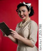 Портрет девушки в стиле пинап с книгой в руках на красном фоне. Стоковое фото, фотограф Эллина Туровская / Фотобанк Лори