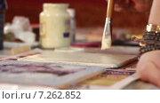 Купить «Художник работает с кистью, накладывая краску на доску», видеоролик № 7262852, снято 15 апреля 2015 г. (c) Игорь Кузнецов / Фотобанк Лори