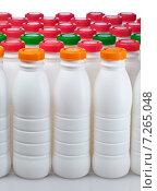 Купить «Белые пластиковые бутылки из под молочной продукции с разноцветными крышками», фото № 7265048, снято 21 марта 2012 г. (c) Куликов Константин / Фотобанк Лори