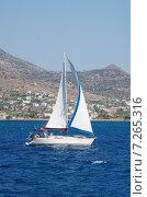 Купить «Лодка с парусом возле острова Эгина», фото № 7265316, снято 2 августа 2013 г. (c) Александр Гончаров / Фотобанк Лори
