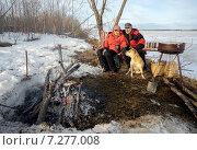 Купить «Пожилая пара с собакой сидят у костра», фото № 7277008, снято 12 апреля 2015 г. (c) Алексей Маринченко / Фотобанк Лори