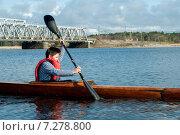 Купить «Подросток плывет на байдарке по реке», фото № 7278800, снято 17 апреля 2015 г. (c) Andrey Yurinov / Фотобанк Лори
