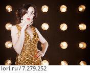 Купить «Суперзвезда в золотом блестящем платье», фото № 7279252, снято 21 октября 2018 г. (c) Дарья Петренко / Фотобанк Лори