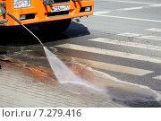 Машина, моющая улицы москвы от грязи (2015 год). Редакционное фото, фотограф demon15 / Фотобанк Лори