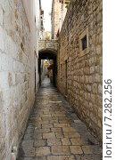 Улочка в старом городе. Хорватия (2014 год). Стоковое фото, фотограф Ирина Быстрова / Фотобанк Лори