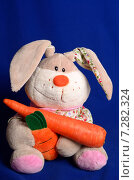 Купить «Мягкий игрушечный заяц с морковкой», фото № 7282324, снято 15 апреля 2015 г. (c) Владислав Осипов / Фотобанк Лори