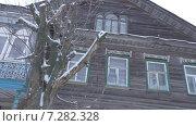 Купить «Деревянный частный дом на улице Тихвина», видеоролик № 7282328, снято 19 апреля 2015 г. (c) Звездочка ясная / Фотобанк Лори