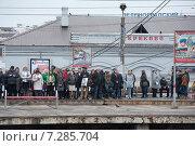 Пассажиры на железнодорожной платформе станции Крюково в ожидании утреннего пригородного электропоезда до Москвы, фото № 7285704, снято 15 апреля 2015 г. (c) Сайганов Александр / Фотобанк Лори