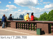 Купить «Люди на смотровой площадке на Воробьёвых горах в Москве», эксклюзивное фото № 7286700, снято 26 мая 2009 г. (c) lana1501 / Фотобанк Лори
