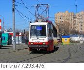 Купить «Городской трамвай 21 маршрута движется по дороге. Новощукинская улица. Москва», эксклюзивное фото № 7293476, снято 27 марта 2015 г. (c) lana1501 / Фотобанк Лори
