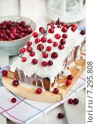 Купить «Вкусный домашний клюквенный кекс, украшенный глазурью из белого шоколада и свежими ягодами», фото № 7295808, снято 1 апреля 2015 г. (c) Ekaterina Smirnova / Фотобанк Лори