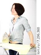 Купить «Девушка гладит белье», фото № 7296360, снято 9 апреля 2015 г. (c) Сергей Слозин / Фотобанк Лори