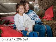 Дети и козленок. Стоковое фото, фотограф Мария Мороз / Фотобанк Лори