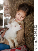 Девочка и козленок. Стоковое фото, фотограф Мария Мороз / Фотобанк Лори