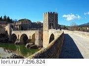Купить «Вид на старинный мост и башню. Город Бесалу. Испания», фото № 7296824, снято 28 марта 2015 г. (c) Bala-Kate / Фотобанк Лори