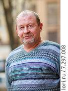 Купить «Мужчина среднего возраста весной на свежем воздухе», эксклюзивное фото № 7297008, снято 12 апреля 2015 г. (c) Игорь Низов / Фотобанк Лори