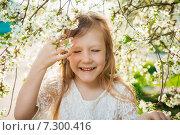 Маленькая девочка в белом платье в весеннем саду. Стоковое фото, фотограф LenaLeonovich / Фотобанк Лори