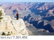 Купить «Отец с сыном стоят на утесе. Взрослый объясняет ребенку как образовался Гранд Каньон в Аризоне», фото № 7301456, снято 5 апреля 2015 г. (c) Ирина Кожемякина / Фотобанк Лори