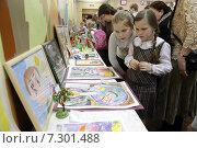 Купить «Воскресная школа в Андреевке, дети рассматриваю детский картины», эксклюзивное фото № 7301488, снято 19 апреля 2015 г. (c) Дмитрий Неумоин / Фотобанк Лори