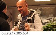 Купить «Писатель Захар Прилепин раздает автографы», эксклюзивный видеоролик № 7305604, снято 24 апреля 2015 г. (c) Сергей Соболев / Фотобанк Лори