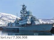 Российский военный корабль на фоне сопок. Стоковое фото, фотограф Федоренко Борис / Фотобанк Лори
