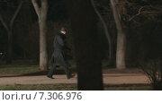 Купить «Красивая девушка на каблуках и проходящий через темный парк за ней маньяк», видеоролик № 7306976, снято 25 марта 2015 г. (c) Denis Mishchenko / Фотобанк Лори