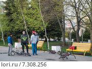 Подростки с велосипедами в городском парке (2015 год). Редакционное фото, фотограф Ольга Алексеенко / Фотобанк Лори