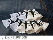 Воланы для бадминтона пластиковые и перьевые на джинсах. Стоковое фото, фотограф yaray / Фотобанк Лори