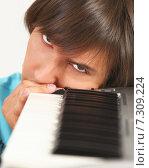 Портрет молодого мужчины с пианино. Стоковое фото, фотограф Alexey Matushkov / Фотобанк Лори