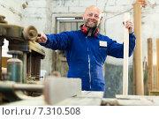 Купить «employee works on the machine», фото № 7310508, снято 17 июня 2019 г. (c) Яков Филимонов / Фотобанк Лори