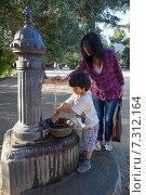 Купить «Мальчик моет руки под струей воды из колонки», фото № 7312164, снято 25 июня 2013 г. (c) Astroid / Фотобанк Лори