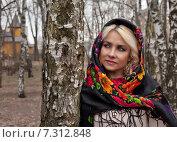 Купить «Девушка в платке стоит около березы», фото № 7312848, снято 26 апреля 2015 г. (c) Элина Гаревская / Фотобанк Лори