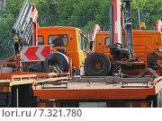 Купить «Оранжевые эвакуаторы готовы к выезду», фото № 7321780, снято 11 июня 2014 г. (c) Емельянов Валерий / Фотобанк Лори
