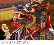 Монах исполняет священный танец масок Цам (Cham dance) на буддийском фестивале в монастыре Курча (Карша) в Гималаях, в Занскаре, северная Индия (2012 год). Стоковое фото, фотограф Олег Иванов / Фотобанк Лори
