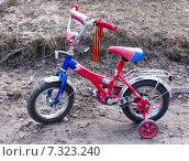 Детский велосипед с повязанной георгиевской ленточкой (2015 год). Редакционное фото, фотограф Ноева Елена / Фотобанк Лори